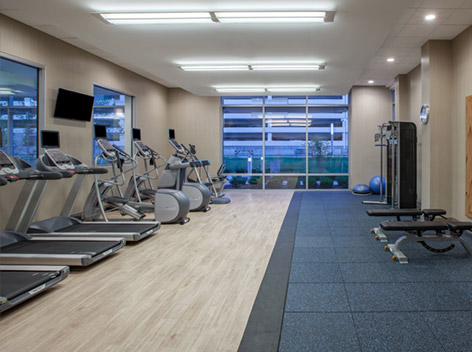 What fitness facilities at the Holiday Inn Cleveland Clinic?